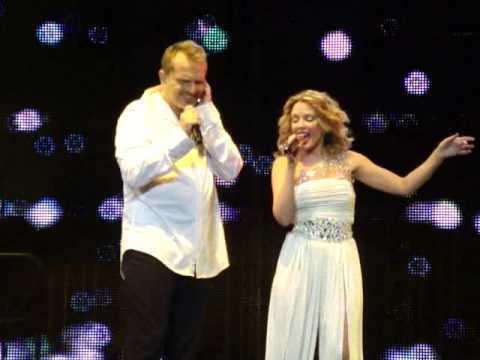 Kylie Minogue - Madrid Mtv Day 2009 - Como un lobo ( Feat Miguel Bos?) (Spanish) HQ
